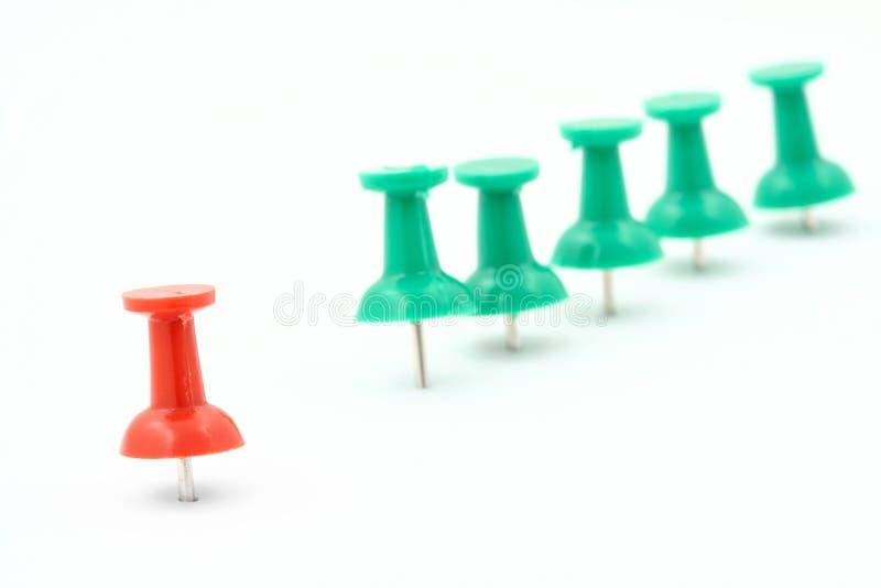 pushpins för gruppledaremetafor fotografering för bildbyråer