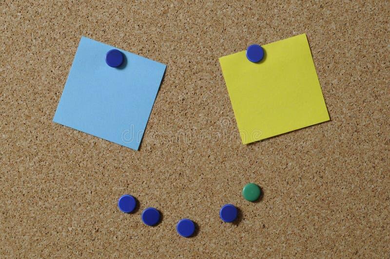Pushpins i notatki na pokładzie zdjęcie stock