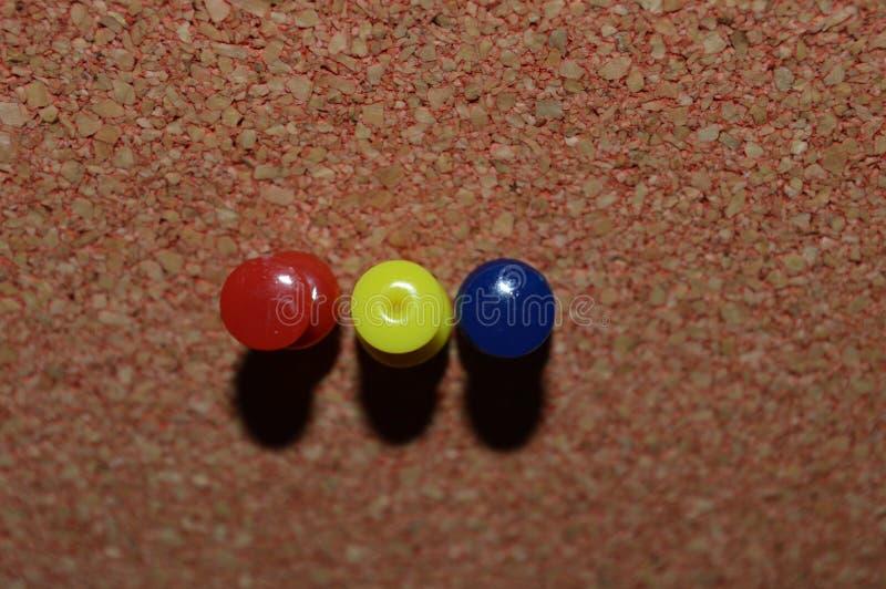 Pushpins w corkboard zdjęcie stock
