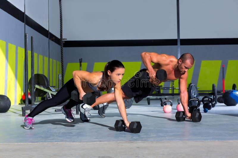 Pushup прочности нажима-вверх человека и женщины спортзала стоковые изображения