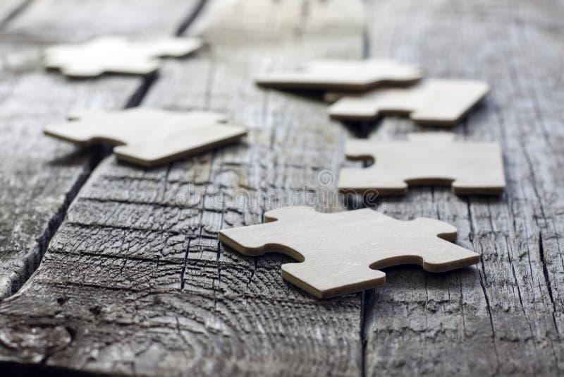 Pussel på trä stiger ombord lagaffärsidé royaltyfri fotografi