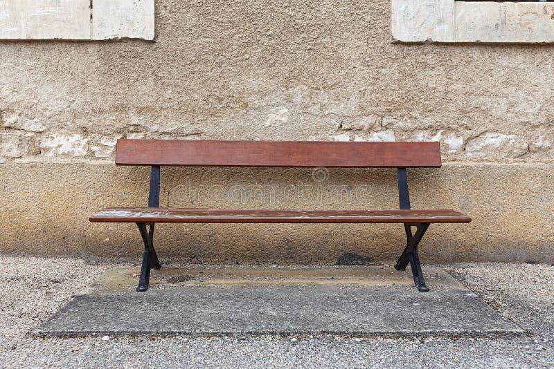 Pusta ławka przeciw ścianie zdjęcie royalty free