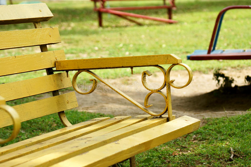 Pusta żółta ławka w parku fotografia stock