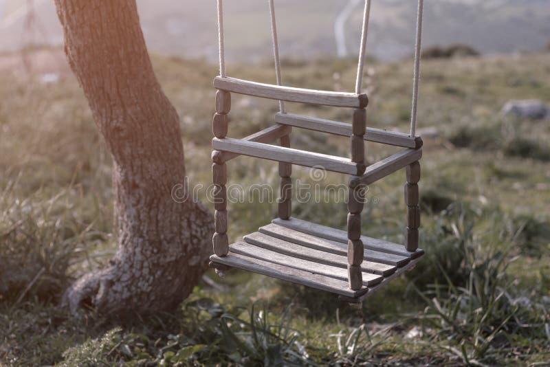 Pusta arkany huśtawka w boisku rocznika filtr zdjęcie royalty free