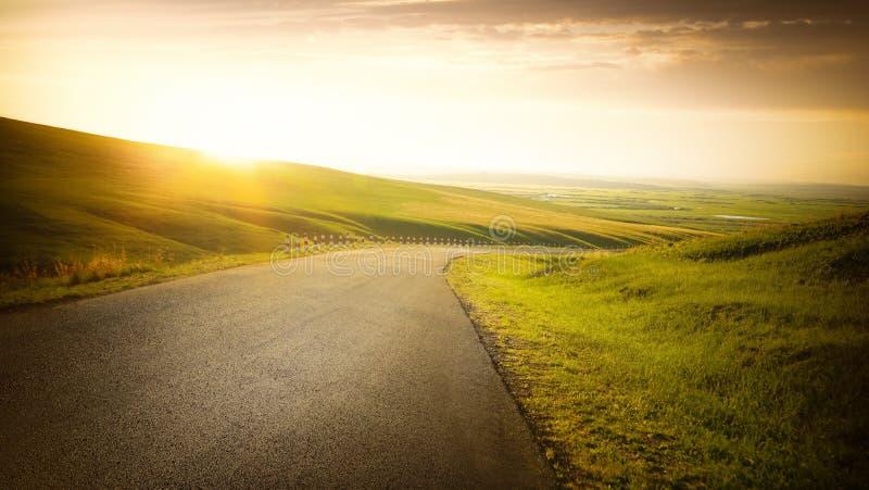Pusta asfaltowa droga na obszarze trawiastym obrazy royalty free