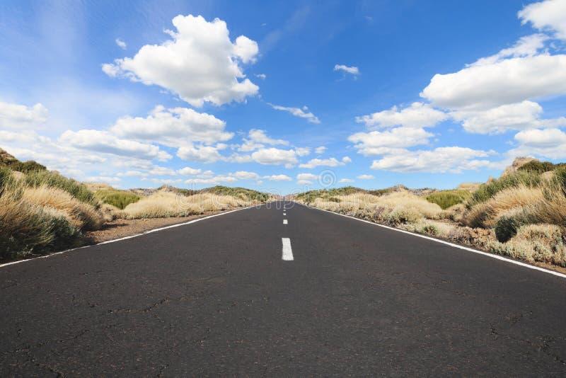Pusta autostrada w krajobrazie - prosta droga fotografia stock