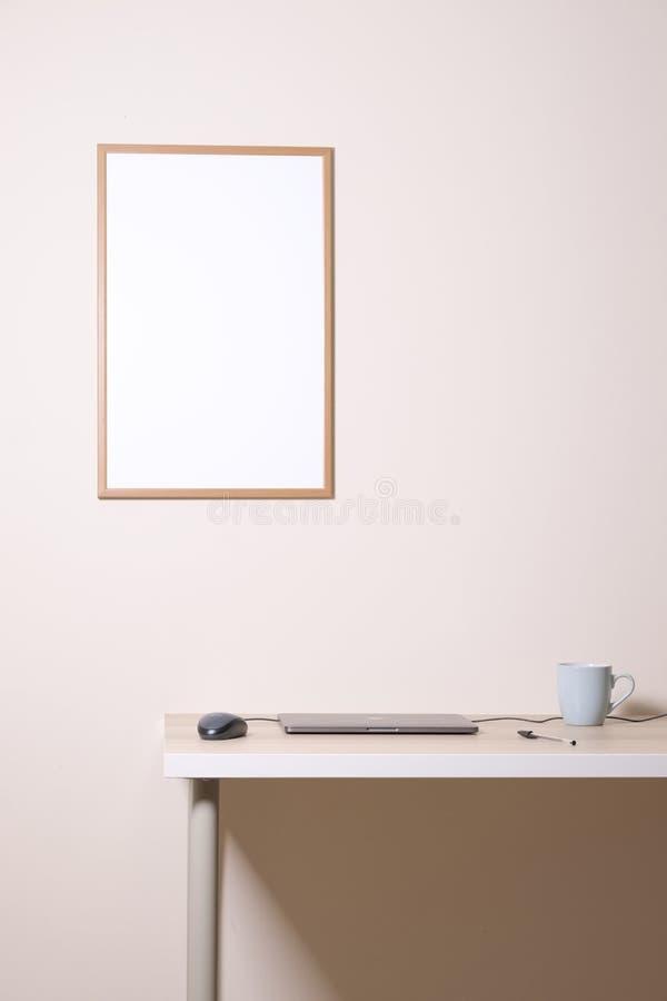 Pusta biała reklamy wiadomości przypomnienia deska na ścianie nad biuro domu biurka filiżanki laptopu myszy pióra neutralny pusty fotografia stock