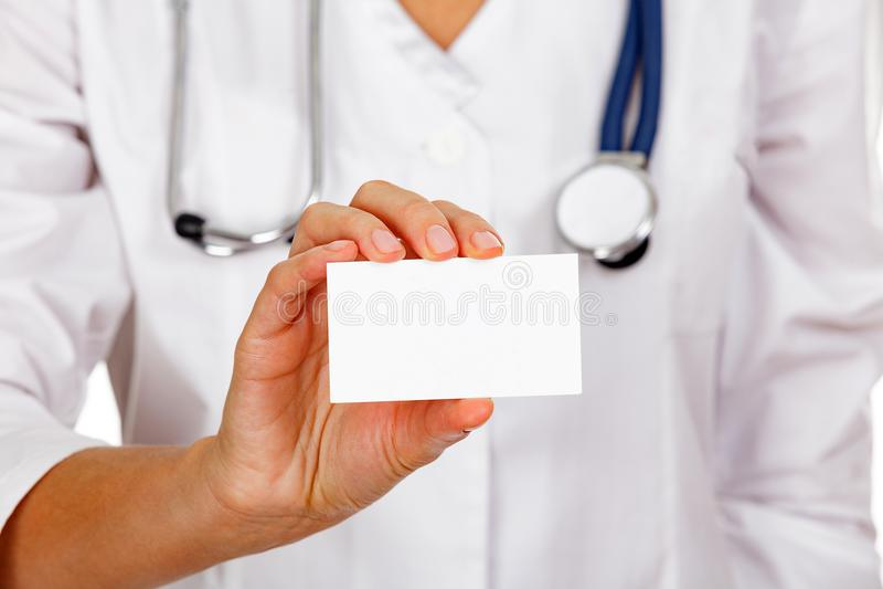 Pusta biel karta w ręce lekarka lub pielęgniarka zdjęcia stock
