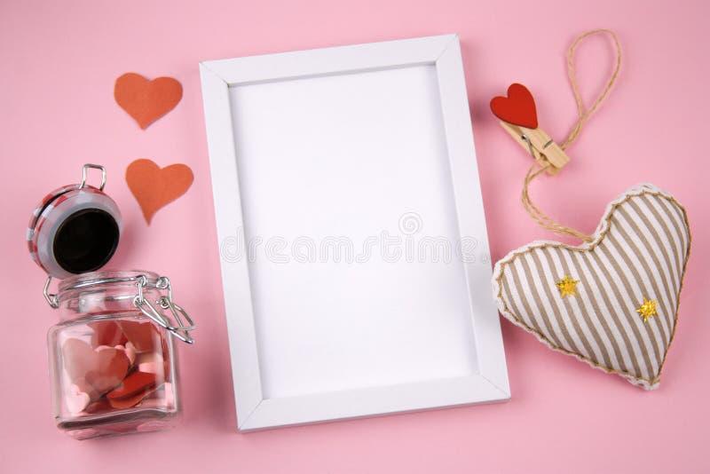 Pusta biel ramy kopii przestrzeń, faszerująca zabawka i słój z czerwonymi sercami, obrazy royalty free