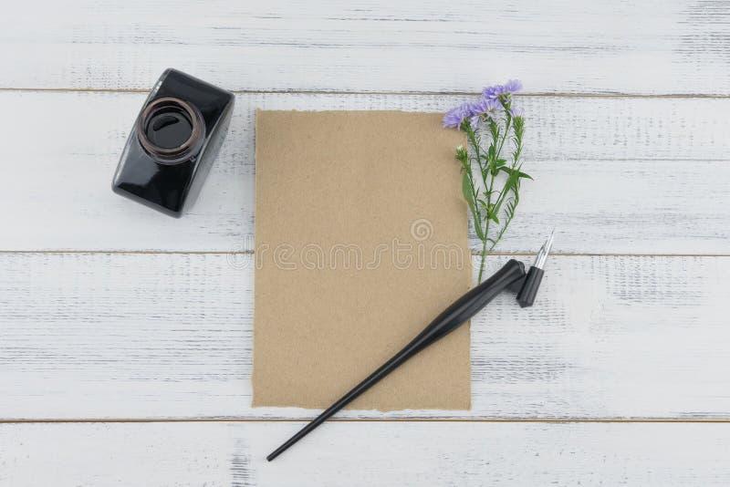 Pusta brąz karta z pochylonym piórem i atramentem obraz royalty free