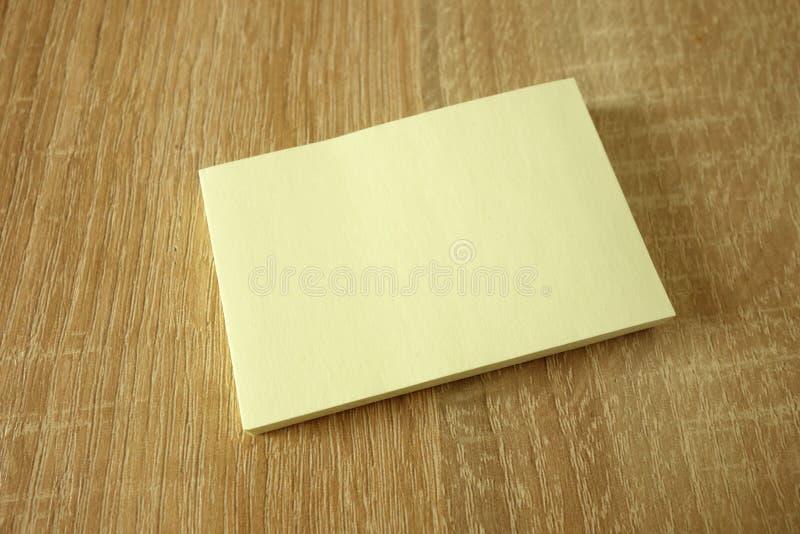 Pusta broszurka na lub ulotka w górę drewnianego tła obrazy stock