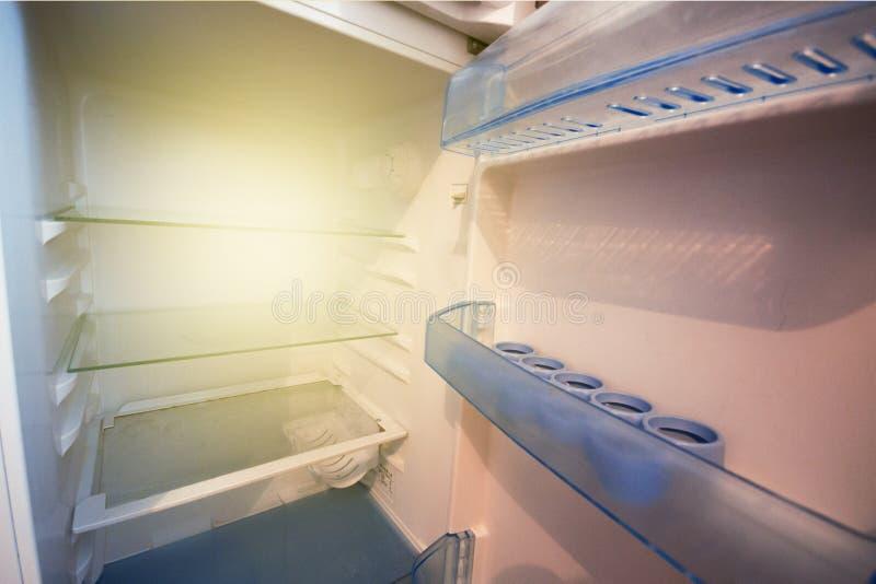 Pusta chłodziarka, nic jeść, głodować pojęcie fotografia stock