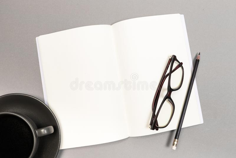 Pusta Ci??ka pokrywa magazyn, ksi??ka, broszura, broszurka i szk?a z fili?anka o??wkiem, Egzamin pr?bny W g?r? szablonu Przygotow zdjęcia royalty free
