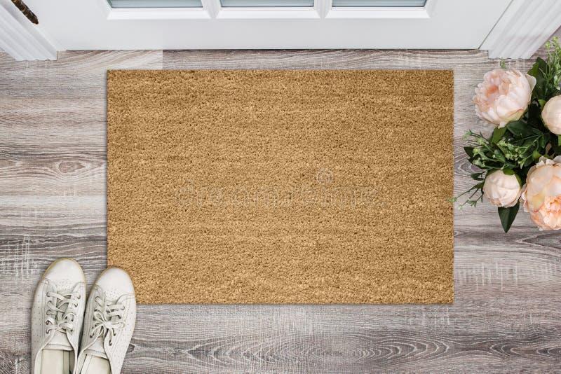 Pusta coir słomianka przed drzwi w sala Matuje na drewnianej podłoga, kwiatach i butach, Powitanie dom, produktu Mockup ilustracji