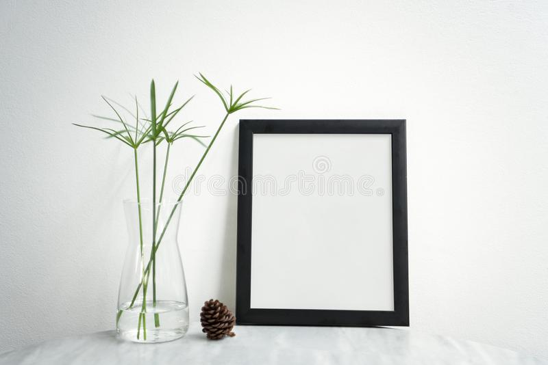 Pusta Czarna fotografii rama, waza na stole dla projekta Mockup i fotografia royalty free