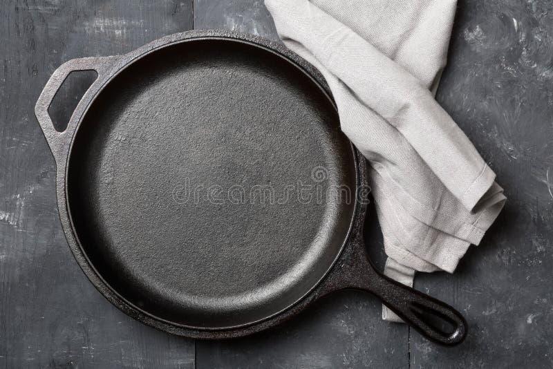 Pusta, czysta czarna obsady żelaza niecka, lub holenderskiego piekarnika odgórny widok od abo fotografia royalty free