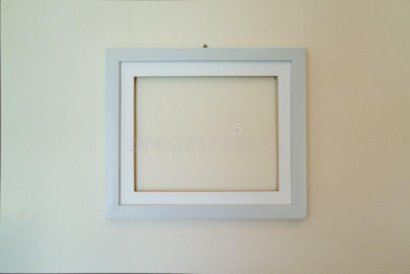 Pusta drewniana obrazek rama wspinał się na ścianie zdjęcia royalty free