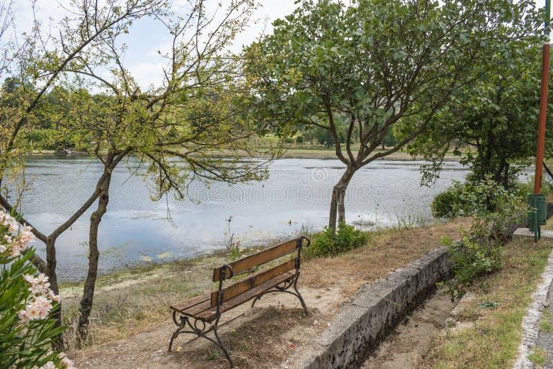 Pusta drewniana parkowa ławka przegapia Viroi jezioro zdjęcie stock