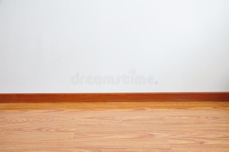 Pusta drewniana podłoga z biel ściany tłem zdjęcia royalty free