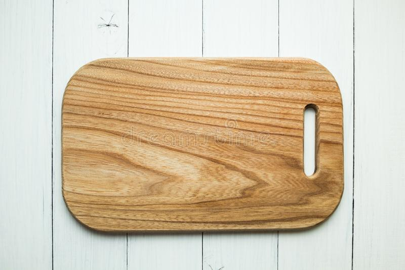 Pusta drewniana tn?ca deska z drewnian? tekstur? na bia?ym sto?owym tle Odg?rny widok zdjęcia stock