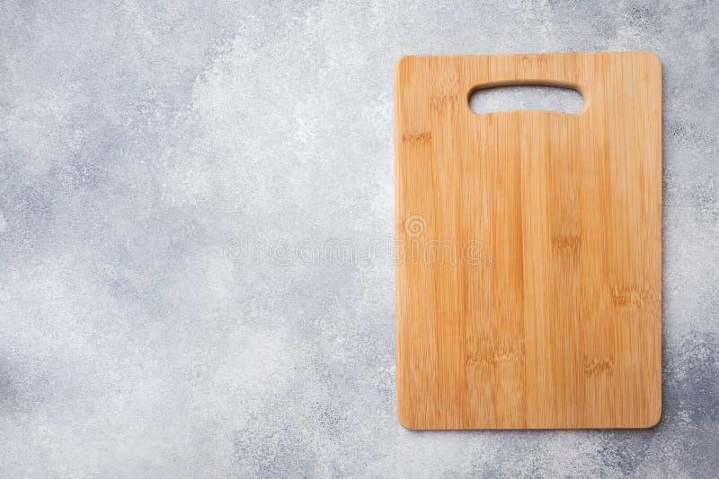 Pusta drewniana tn?ca deska na kuchennym stole Odg?rnego widoku kopii przestrze? zdjęcie royalty free