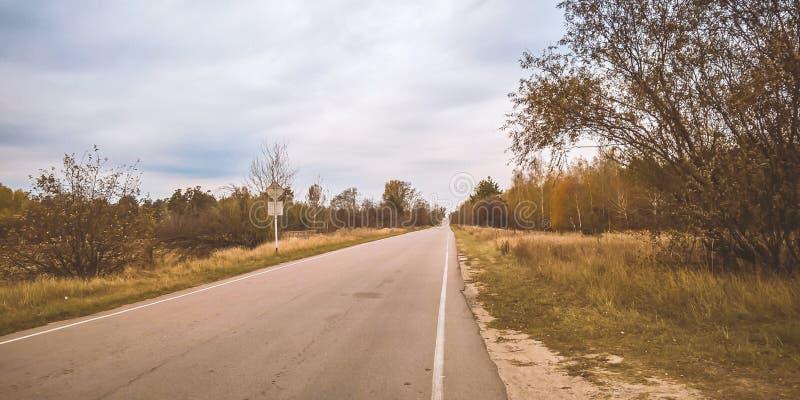 Pusta droga Chernobyl w Ukraina zdjęcie stock