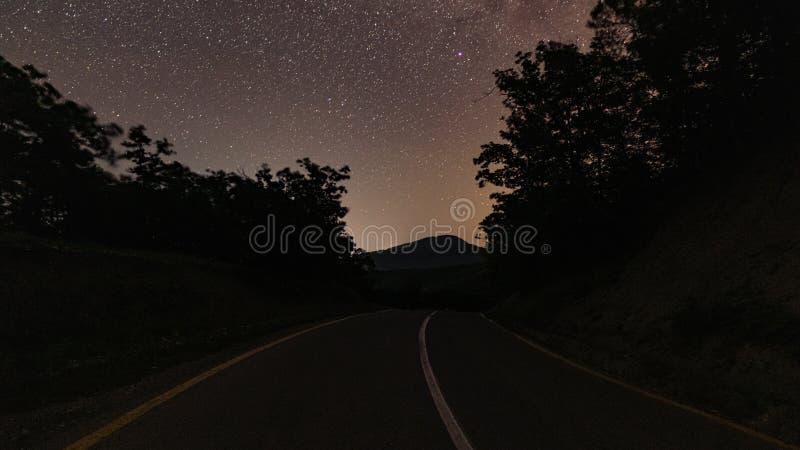 Pusta droga przy nighttime obraz royalty free