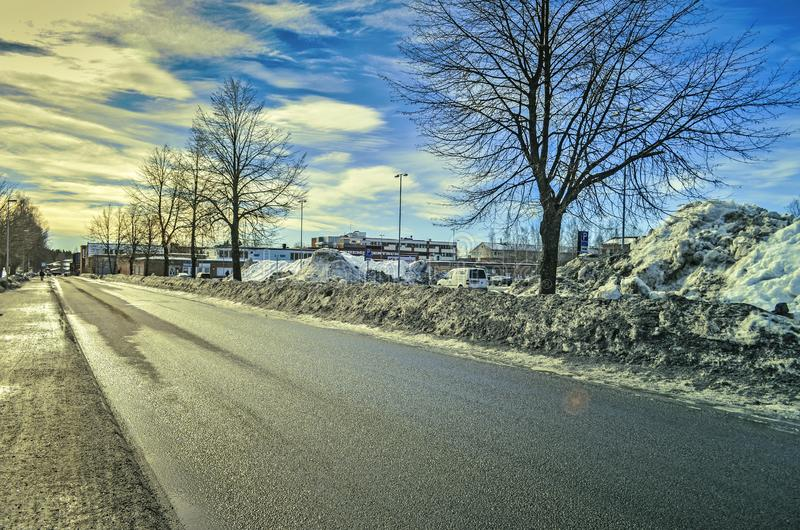 Pusta droga w wakacje w mieście pod niebieskim niebem z ładnym pejzażem miejskim zdjęcia royalty free