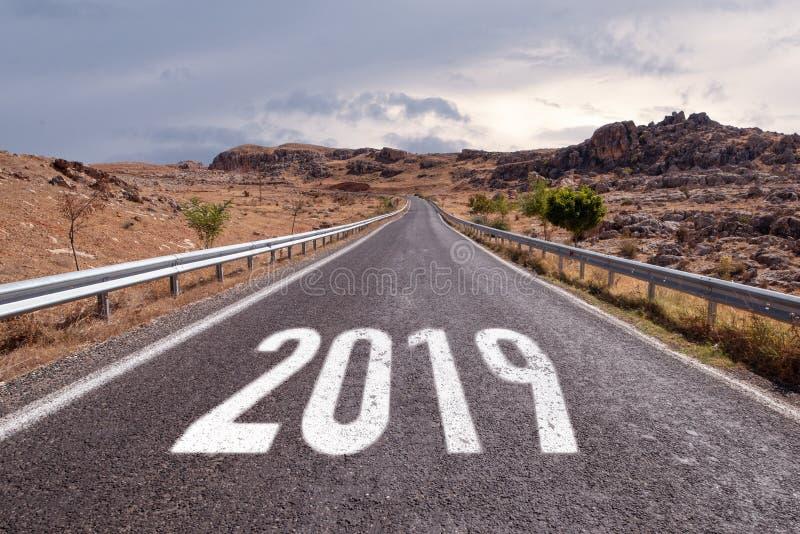 Pusta drogi naprzód wiadomość na autostrada pasa ruchu nowego roku postanowieniu 2019 obrazy stock