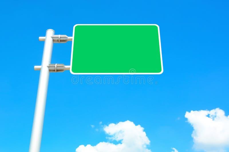 Pusta drogowego znaka deska na niebieskiego nieba tle obraz stock
