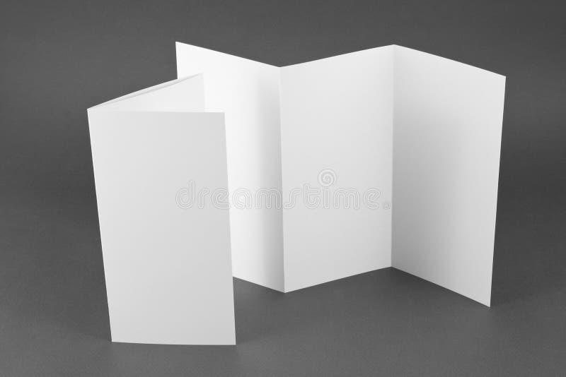 Pusta falcowanie strony broszura na szarym tle. zdjęcia royalty free