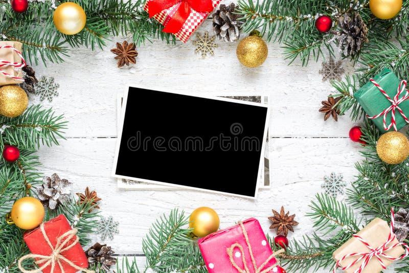 Pusta fotografii karta w boże narodzenie ramie robić jodła rozgałęzia się, gwiazdowy anyż, dekoracje i sosna rożki, zdjęcie royalty free