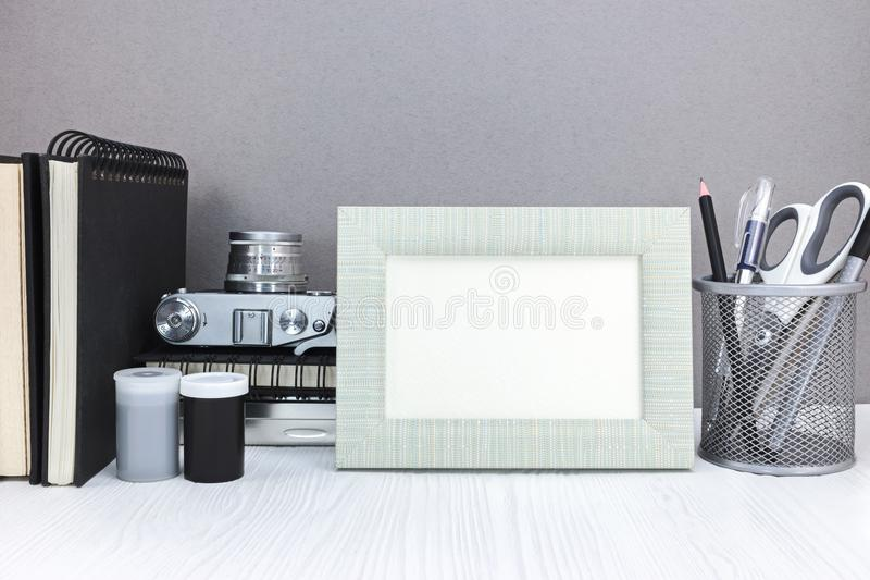 Pusta fotografii rama, stara retro kamera, notatniki i stacjonarny, dalej fotografia royalty free