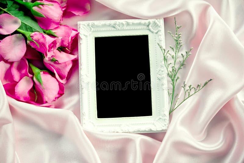 pusta fotografii rama z bukieta cukierki menchii róż płatkiem dalej obraz stock