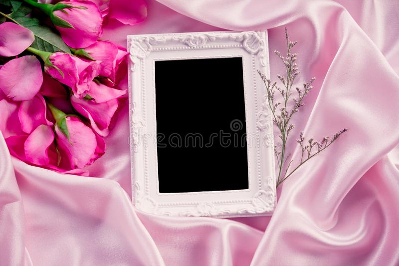 Pusta fotografii rama z bukieta cukierki menchii róż płatkiem na miękkiej części obrazy royalty free