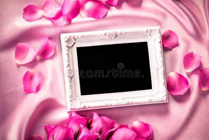 Pusta fotografii rama z bukieta cukierki menchii róż płatkiem na sof zdjęcia royalty free