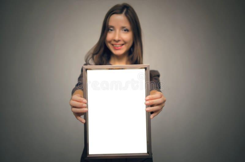 Pusta fotografii ramy granica w kobiet rękach dyplom świadectwo obraz stock