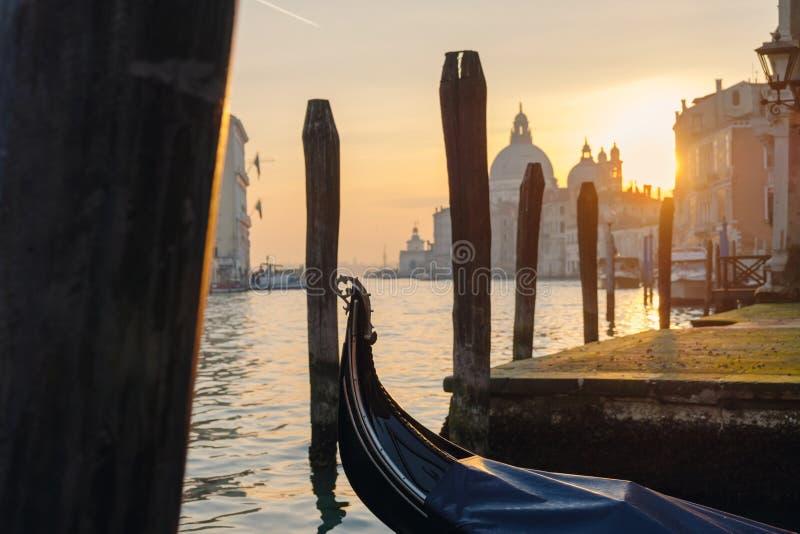 Pusta gondola przy molem przy zmierzchem zdjęcia stock