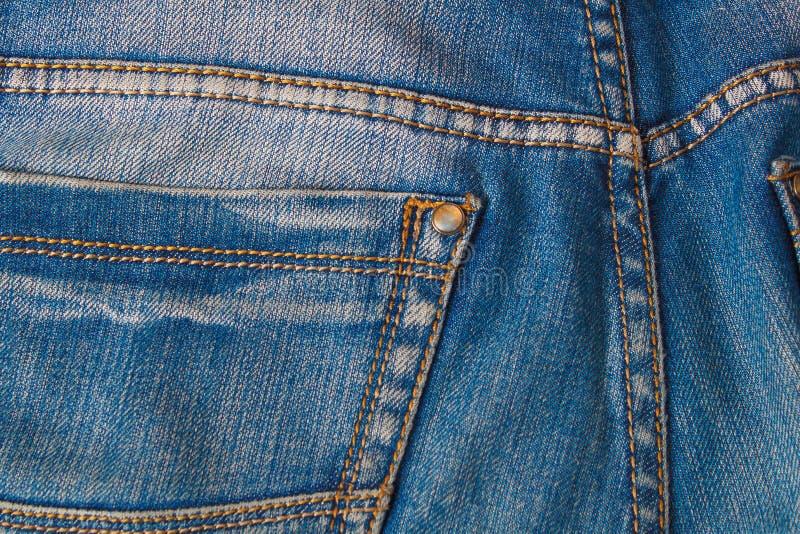 Pusta istna rzemienna cajg etykietka szył na starych będących ubranym niebieskich dżinsach zdjęcie stock