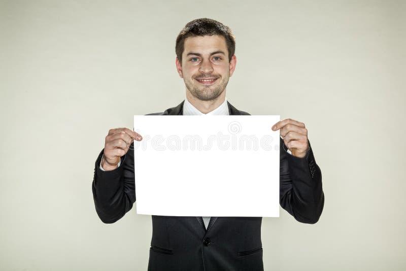 Pusta karta, biznesowego mężczyzna utrzymania w ręka pustym papierze zdjęcie royalty free