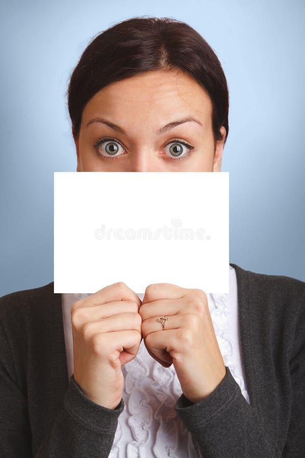 pusta karta nad spoglądania znaka kobietą zdjęcia stock