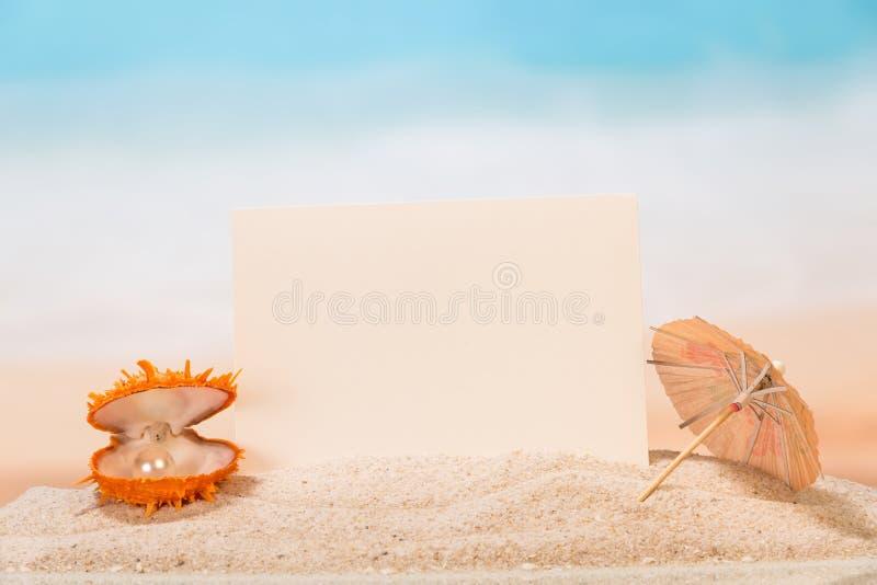 Pusta karta, parasol i skorupa, obraz royalty free