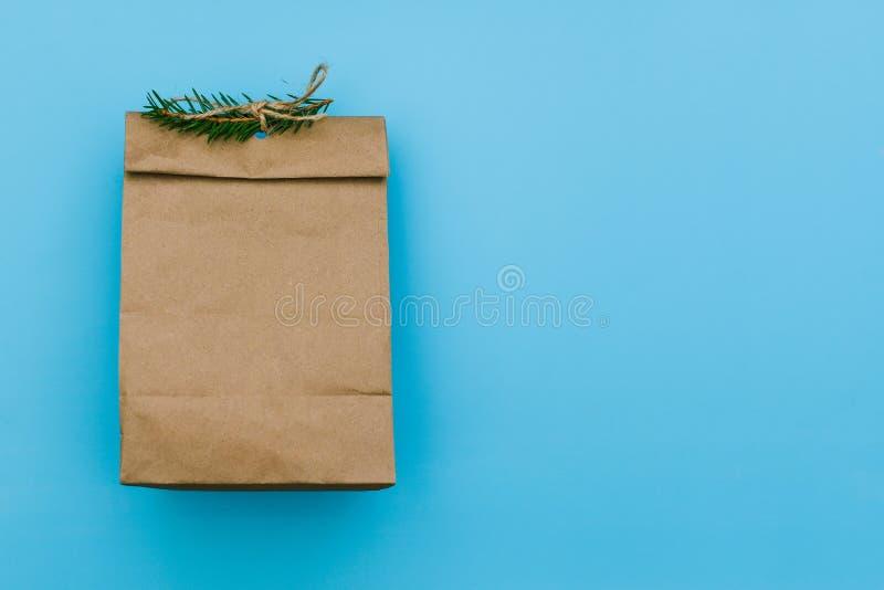 Pusta karton paczka z świerczyny gałąź Brown pakunek dla prezenta lub fasta food Papierowa torba dla przechować jedzenie na błęki obraz royalty free