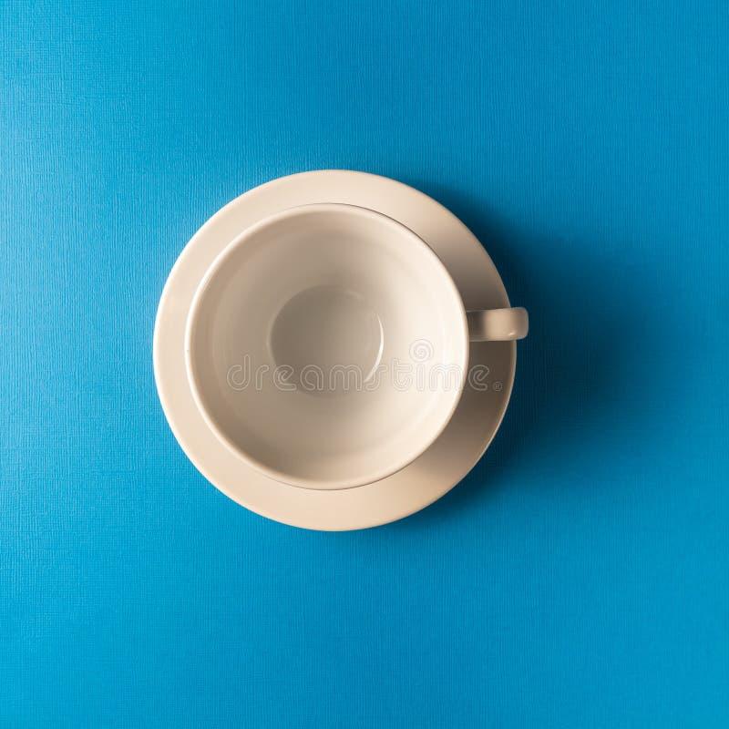 Pusta kawa lub herbaciana filiżanka na błękitnym koloru tle, kopii przestrzeń fotografia stock
