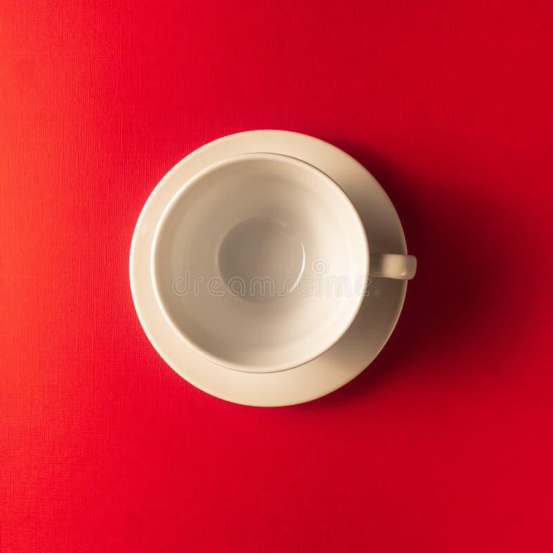 Pusta kawa lub herbaciana filiżanka na czerwonego koloru tle, kopii przestrzeń obrazy stock