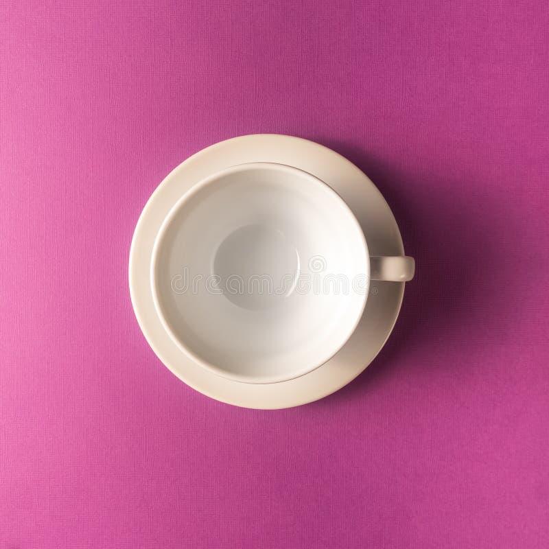 Pusta kawa lub herbaciana filiżanka na purpurach barwimy tło, kopii przestrzeń obrazy stock