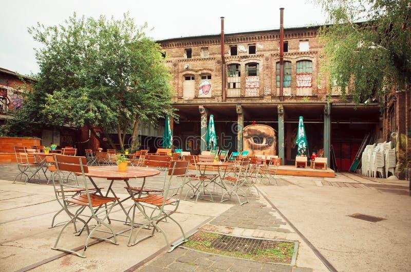 Pusta kawiarnia w zaniechanym podwórzu artystyczny teren Berlin obraz stock
