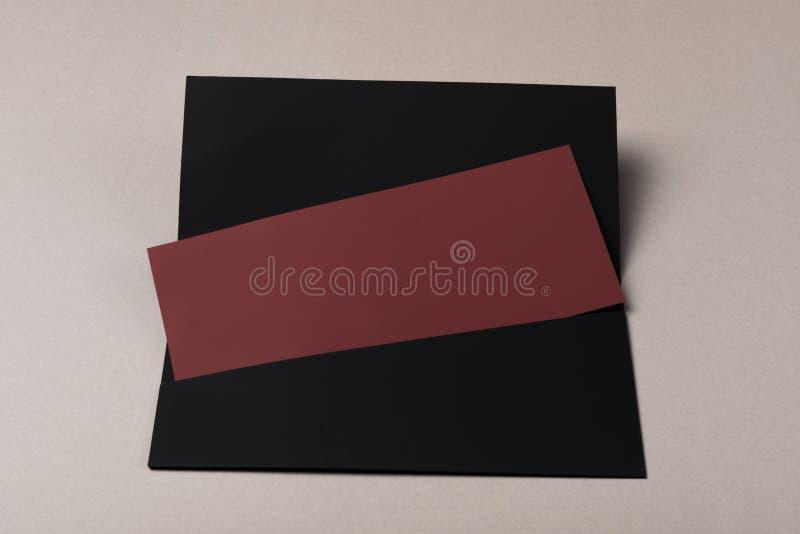 Pusta koperta Burgundy i czerń piszemy list mockup, odizolowywającego na szarość obrazy stock