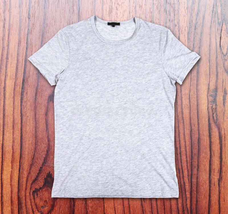 Pusta koszulka na tle drewniana ściana fotografia stock