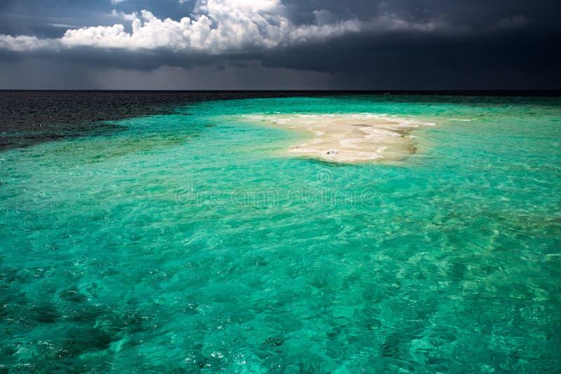 Pusta mała piasek wyspa w oceanie zdjęcie stock